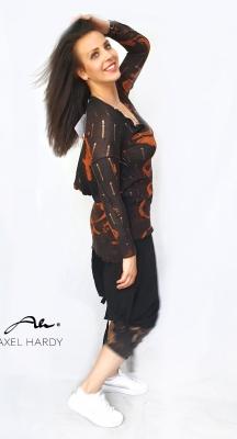 Удължена черна блуза с цветни ефекти