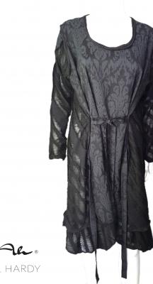 Рокля в стилно черно с ленти за оформяне на перфектен силует