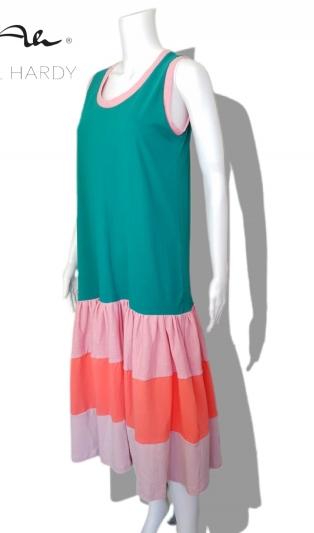 Прелестна цветна рокля на волани