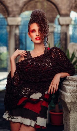 Авангардна ръчно плетена блуза