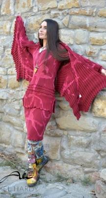 Мека плетена жилетка в оригинална кройка и ръчно правени цветни ефекти