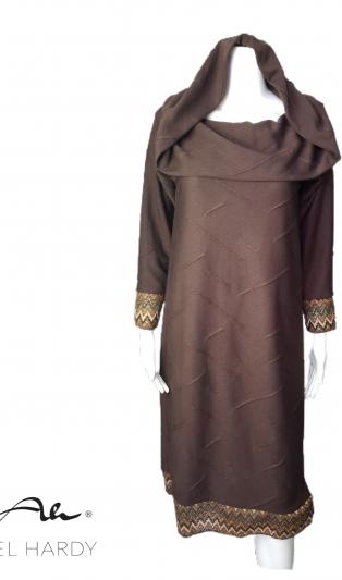 Стилна рокля с качулка/яка в шоколадово кафяво с акценти