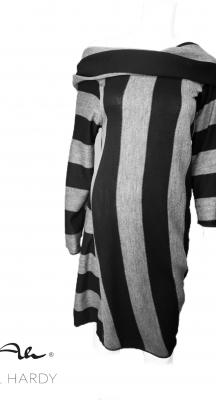 Стилна рокля с качулка/яка в стилно черно/сиво райе