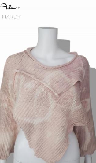 Къс пролетен пуловер в нежно розово с цветни ефекти в много нестандартна кройка